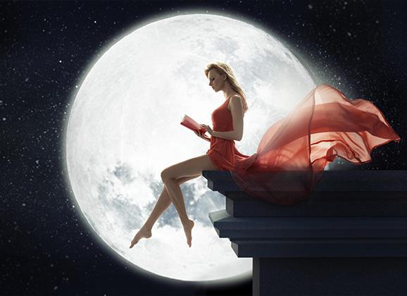 Mujer leyendo a la luz de la luna
